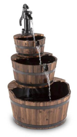 Kaskádová zahradní fontána z dřevěných kádí