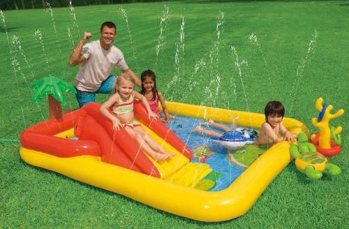 Stříkající hrací centrum s bazénkem