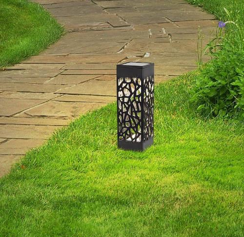 Solární osvětlení zahrady zapichované do trávníku