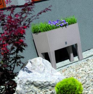 Ratanový samozavlažovací truhlík na květiny na nožičkách