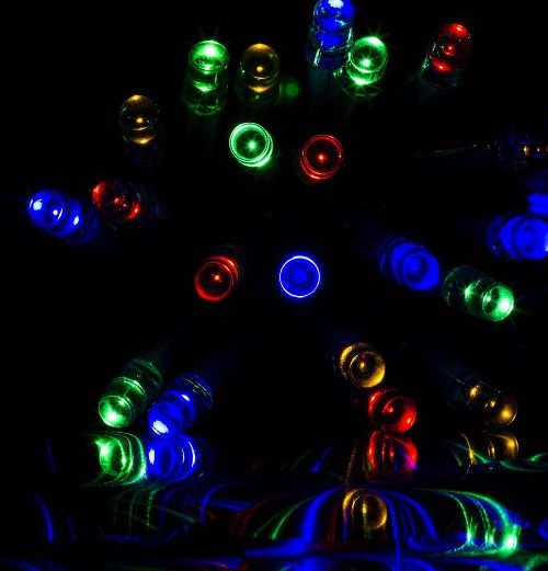 Barevné diodové vánoční osvětlení střechy domu