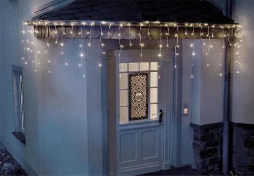 Vánoční osvětlení převislé ze střechy