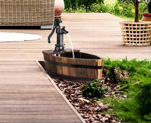 Dřevěná zahradní kašna ve tvaru loďky