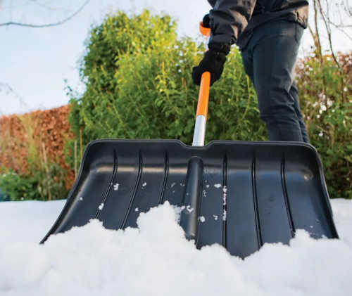 Snadný úklid chodníků s širokým hrablem na sníh