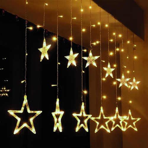 Závěsné vánoční osvětlení s hvězdami za okno