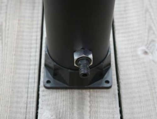 Pevné přišroubování solární sprchy k podlaze