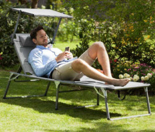 Pohodlné béžové zahradní lehátko s pěnovým polstrováním a stříškou