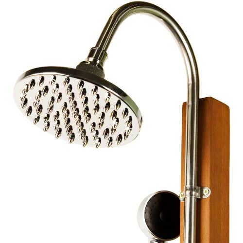 Velká kovová sprchovací hlavice dřevěné sprchy na zahradu