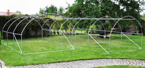 Levné zahradní fóliovníky s obloukovou konstrukcí