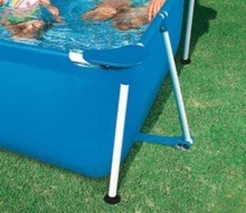 Pevná kovová konstrukce nadzemního bazénu