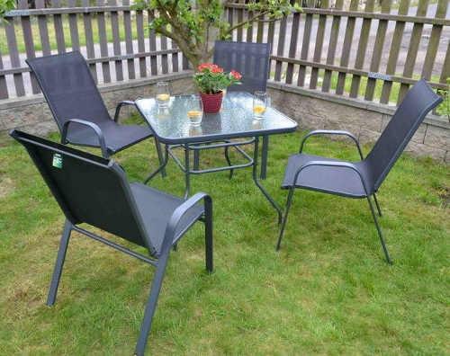 Kovový zahradní set nábytku se čtvercovým stolem a čtyřmi židlemi