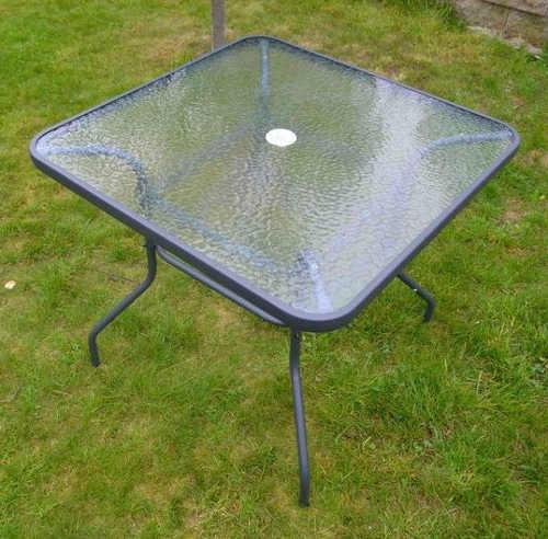 Zahradní stůl se skleněnou deskou a otvorem na slunečník