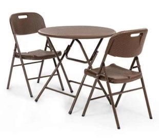 Kulatý stůl a dvě skládací židle z umělého ratanu