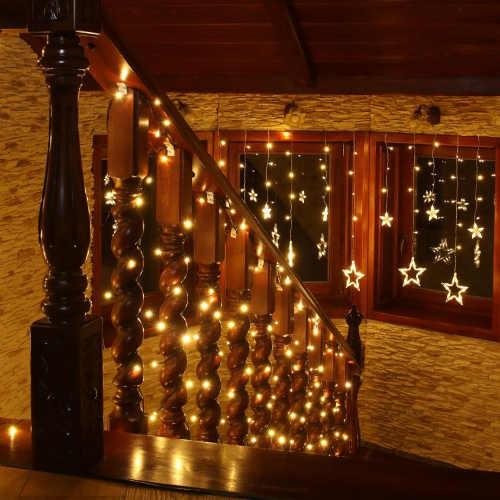 Svítící vánoční řetěz na osvětlení schodiště