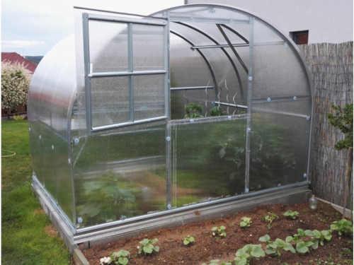 obloukový skleník z kvalitních materiálů