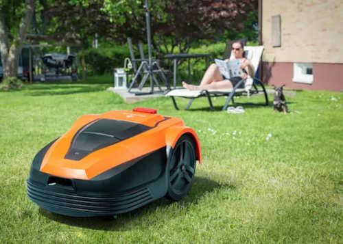 S plně automatickou sekačkou můžete sekání trávy pustit z hlavy