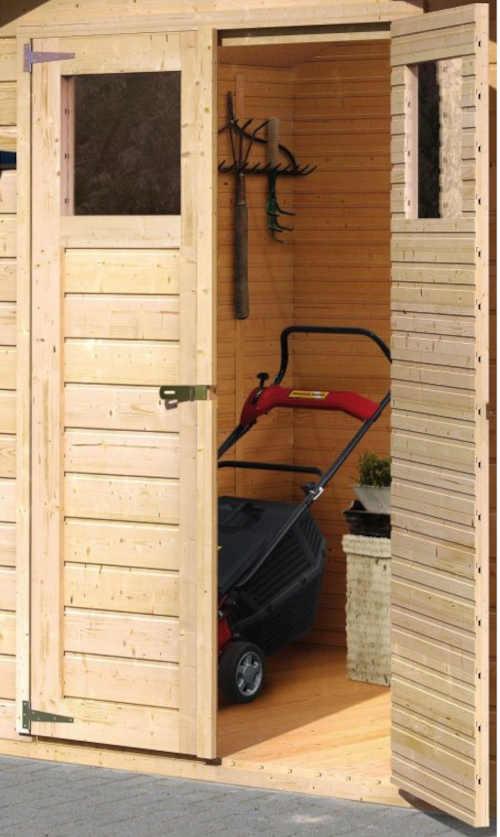domek ze dřeva s přístřeškem