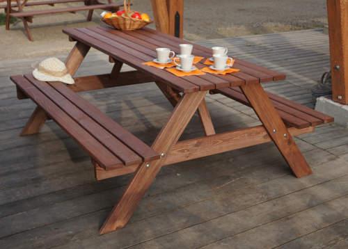 Pivní set se stolem z borovicového dřeva