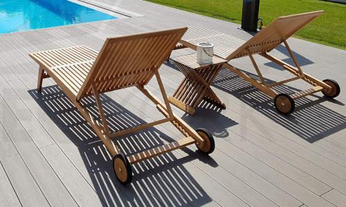 Elegantní dřevěné lehátka k bazénu