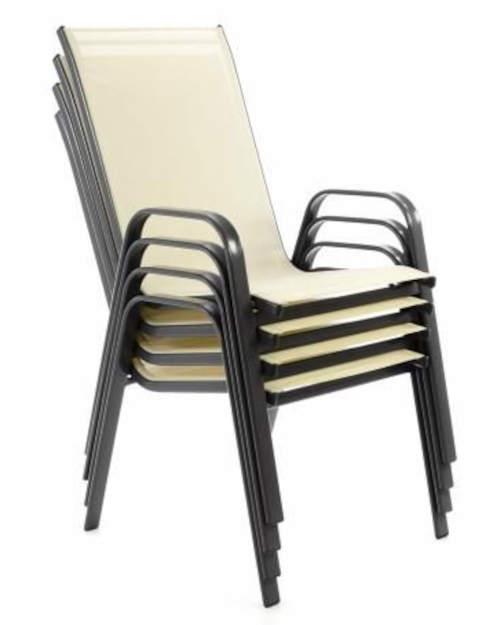 Židle lze složit do sebe a nezaberou tak moc místa