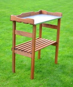 Dřevěný zahradní stolek pro výsadbu rostlin