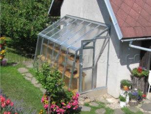 Praktická skleníková přístavba ke zdi domu